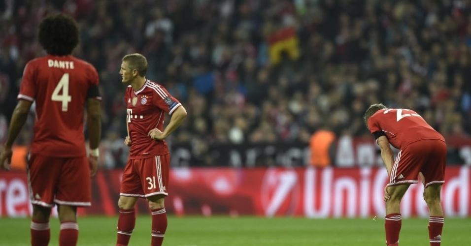 Jogadores do Bayern de Munique lamentam terceiro gol do Real Madrid (29.abr.2014)