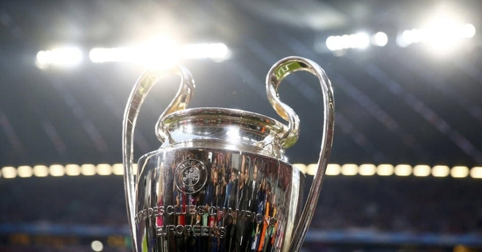 Taça da Liga dos Campeões é exposta no gramado da Allianz Arena, em Munique (29.abr.2014)
