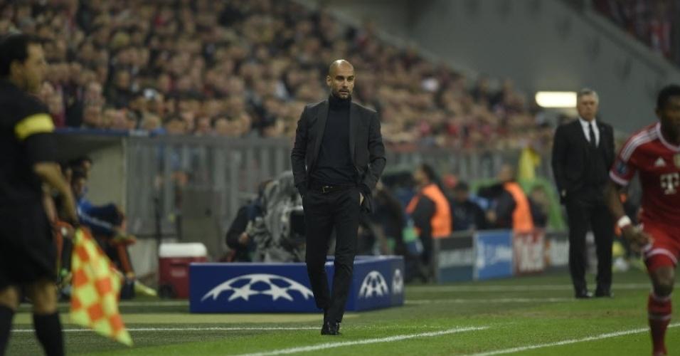 Técnico Pep Guardiola observa o jogo entre Real Madrid e Bayern de Munique (29.abr.2014)