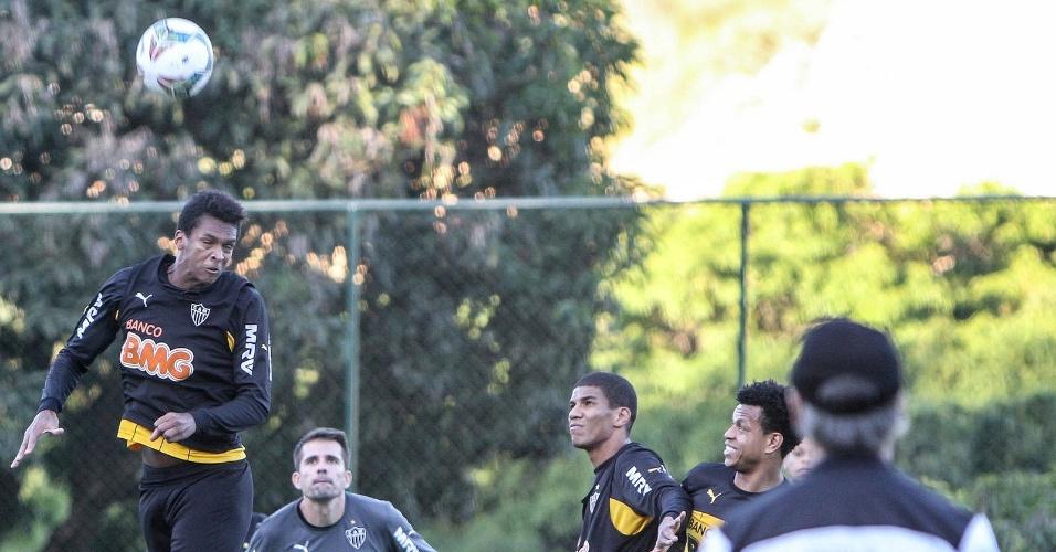 30 abril 2014 - Goleiro Victor teve trabalho em treino tático e, depois, na cobrança de pênaltis durante atividade do Atlético-MG