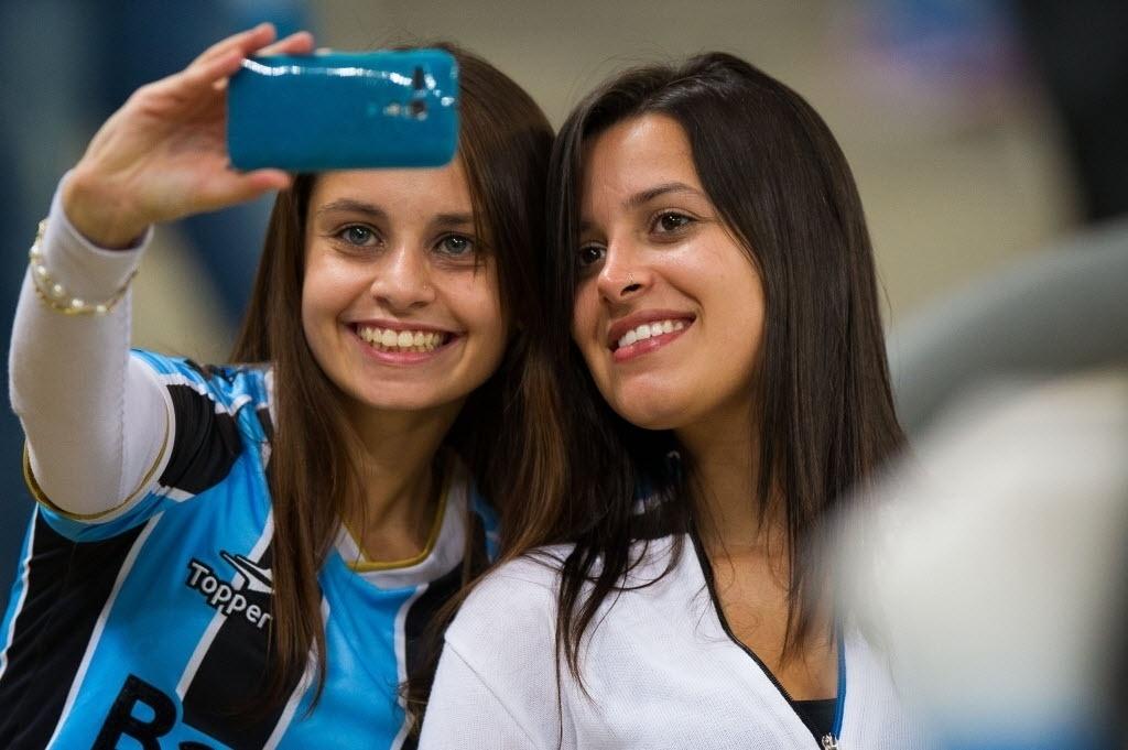 30.04.14 - Belas torcedoras marcam presença na Arena para ver o jogo entre Grêmio e San Lorenzo