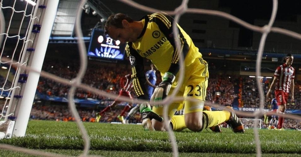 Goleiro do Chelsea lamenta após levar gol de pênalti cobrado por Diego Costa (30.abr.2014)