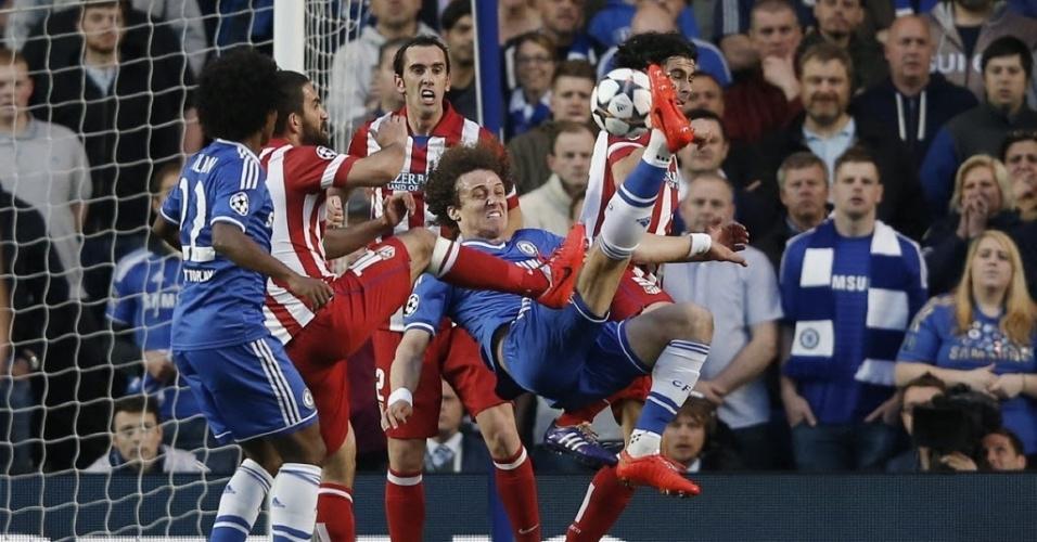 David Luiz tenta a bicicleta contra o gol do Atletico de Madri (30.abr.2014)
