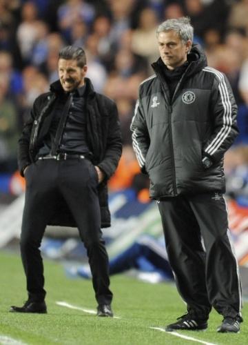 Diego Simeone comemora enquanto Mourinho lamenta no Stamford Bridge (30.abr.2014)