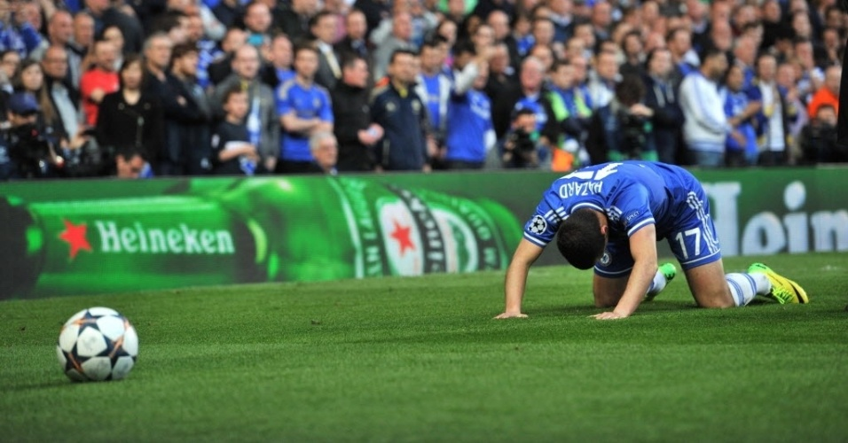 Eden Hazard cai no gramado durante a partida contra o Atletico de Madri (30.abr.2014)