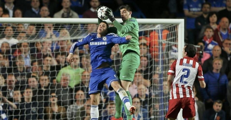 Goleiro do Atletico de Madri, Thibaut Courtois tira a bola da cabeça de Torres (30.abr.2014)