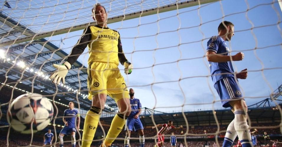 Goleiro do Chelsea, Schwarzer busca a bola nas redes após gol de Adrian Lopez (30.abr.2014)