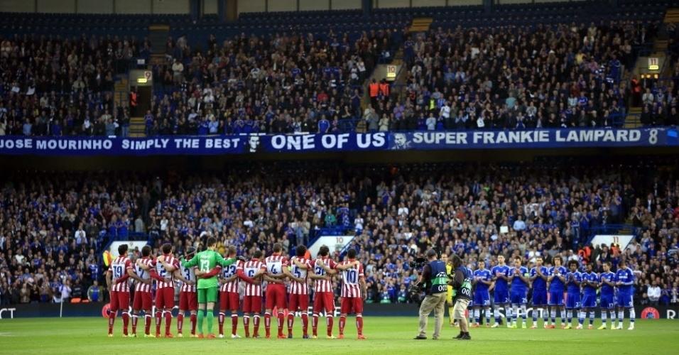 Jogadores fazem um minuto de silêncio antes da partida entre Chelsea e Atletico (30.abr.2014)