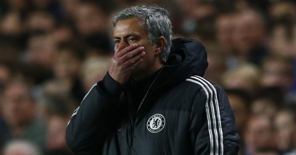 José Mourinho demonstra preocupação após o segundo gol do Atlético do Madri (30.abr.2014)