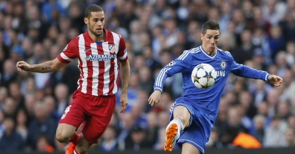 Marcado, Torres domina a bola para o Chelsea no jogo contra o Atletico de Madri (30.abr.2014)