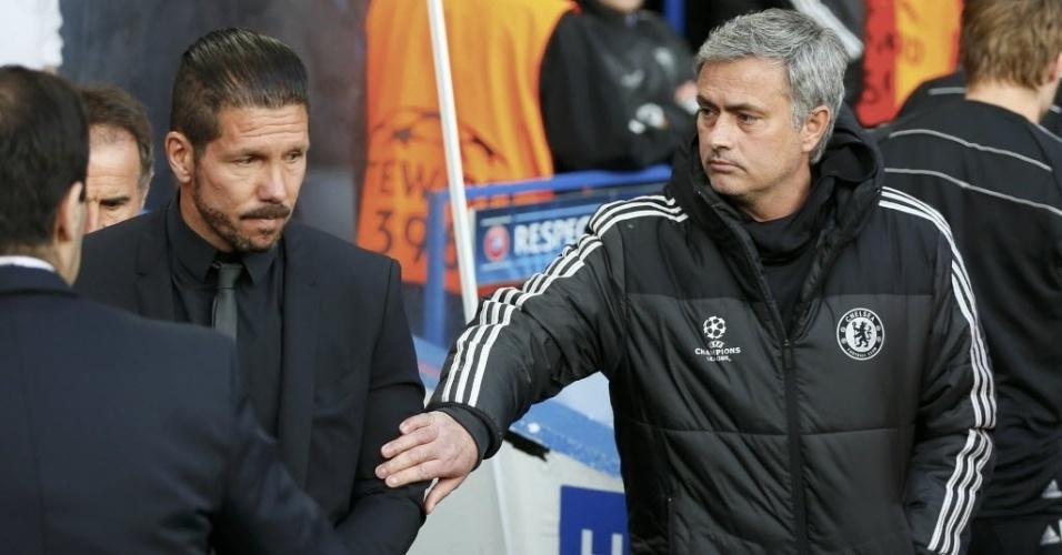 Mourinho chama Diego Simeone para cumprimentá-lo antes da partida (30.abr.2014)