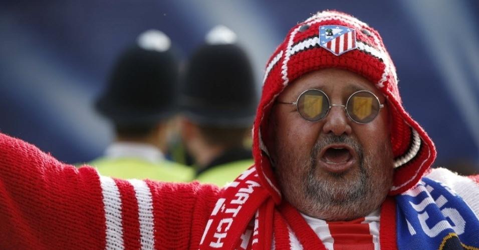 Torcedor do Atletico de Madri vai ao Stamford Bridge a caráter (30.abr.2014)
