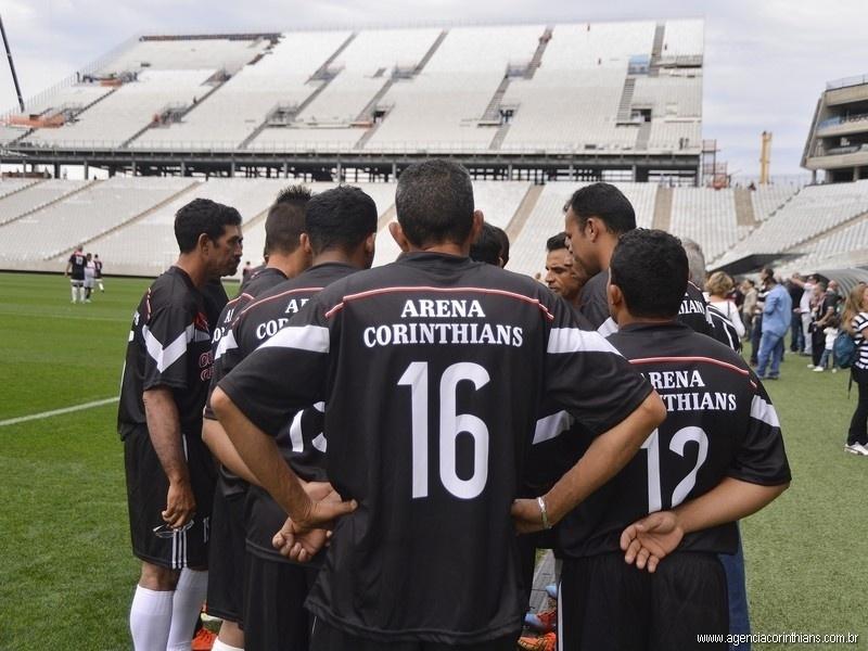 01.mai.2014 - Com 'Arena Corinthians' na camisa, operários da Odebrecht vivem dia de jogador em teste do Itaquerão