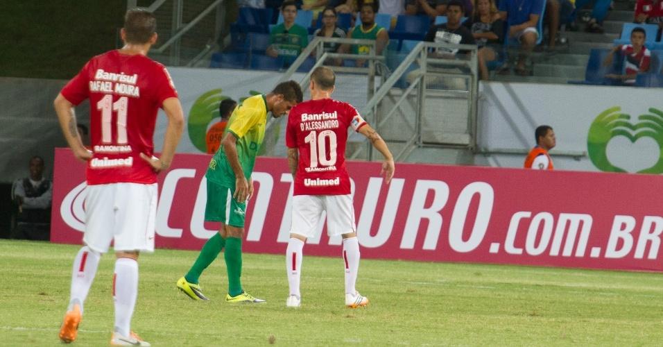 01.mai.2014 - D'Alessandro conversa com jogador do Cuiabá-MT durante jogo da segunda fase da Copa do Brasil
