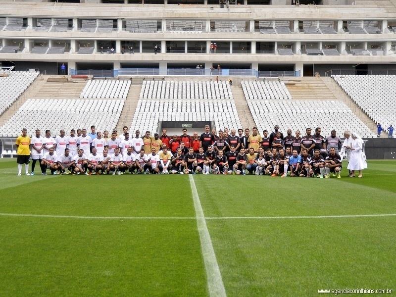 01.mai.2014 - Funcionários do Itaquerão posam para foto antes de jogo teste do estádio