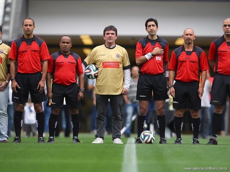 01.mai.2014 -Andrés Sanchez posa ao lado do trio de arbitragem do jogo teste do Itaquerão
