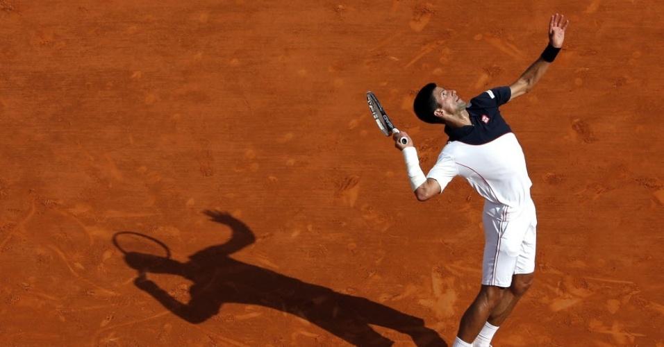 19.abr.2014 - Djokovic saca contra Federer no Masters 1000 de Monte Carlo