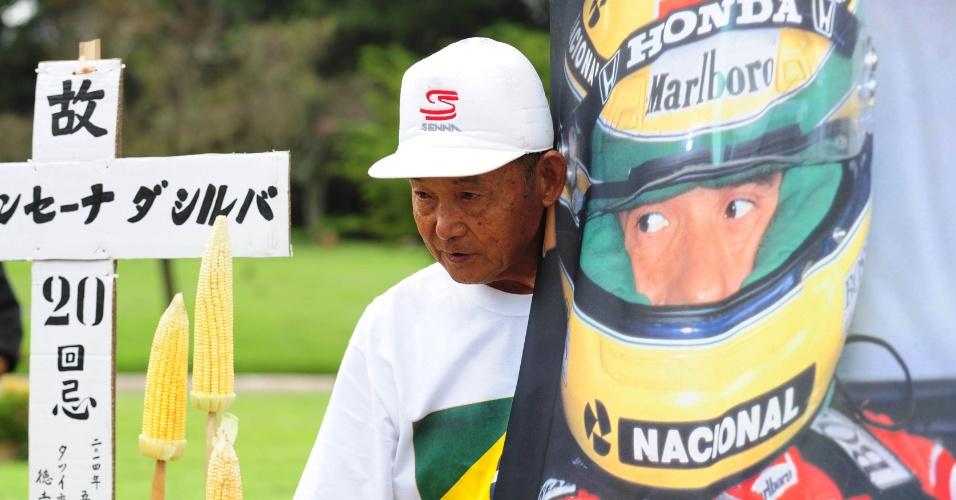 Fã visita túmulo de Ayrton Senna, no Cemitério do Morumbi, em São Paulo