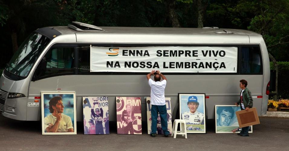 Fãs de Ayrton Senna prestam homenagem no cemitério do Morumby, em São Paulo, onde seu corpo foi enterrado