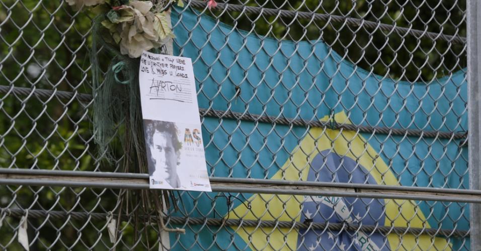 Fãs de Senna penduram bandeira brasileira em Ímola, durante evento em homenagem ao ex-piloto nesta quinta-feira
