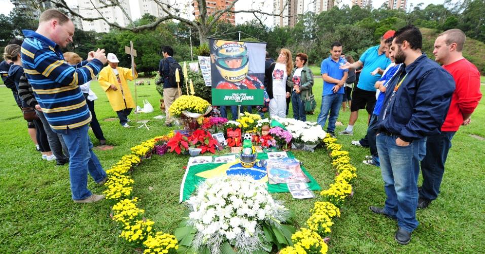 Fãs se reúnem no túmulo de Senna