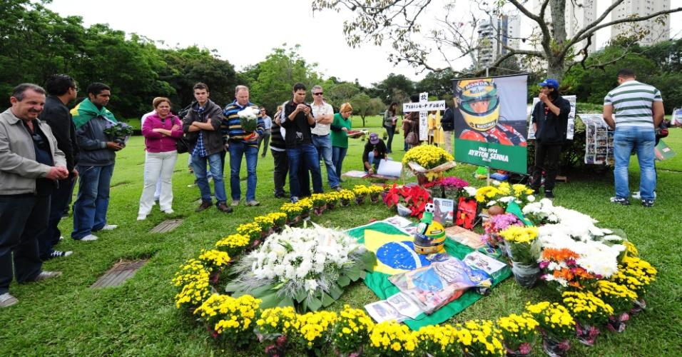 Fãs visitam túmulo de Senna neste 1º de maio