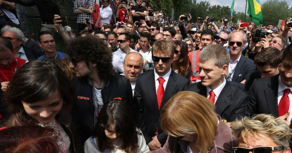 Kimi Raikkonen, da Ferrari, participa de cerimônia em Ímola feita em homenagem a Ayrton Senna e Roland Ratzenberger, mortos há 20 anos na pista