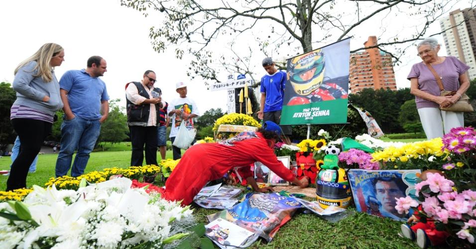 Movimentação de fãs em frente ao túmulo do piloto Ayrton Senna, no Cemitério do Morumbi em São Paulo