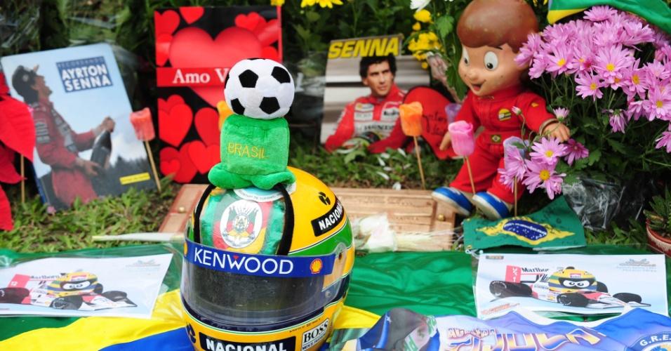 Objetos deixados pelos fãs no túmulo de Senna