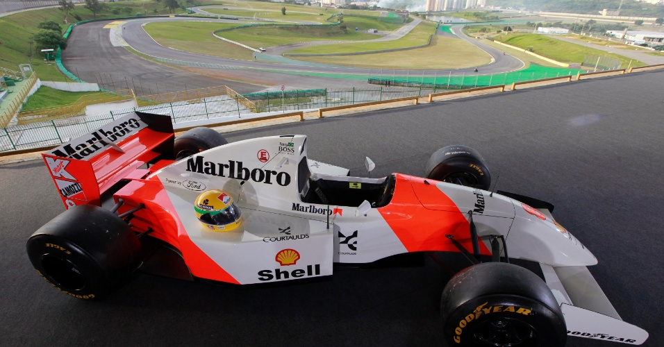 Réplica de McLaren usada por Ayrton Senna é exposta nesta quinta-feira no autódromo de Interlagos, um dos mais marcantes da carreira do ex-piloto, morto há 20 anos