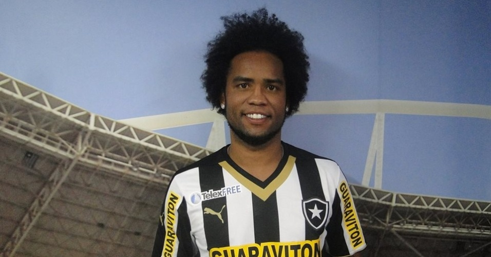 02 mai. 2014 - Carlos Alberto posa com a camisa do Botafogo após fechar contrato até o final da temporada