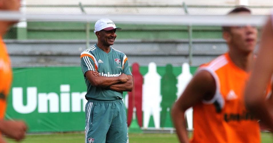 2.maio.2014 - O técnico Cristóvão Borges observa os jogadores do Fluminense durante treino