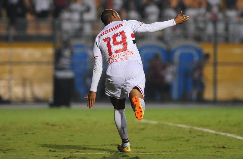 03.mai.2014 - Ademilson comemora seu gol contra o Coritiba