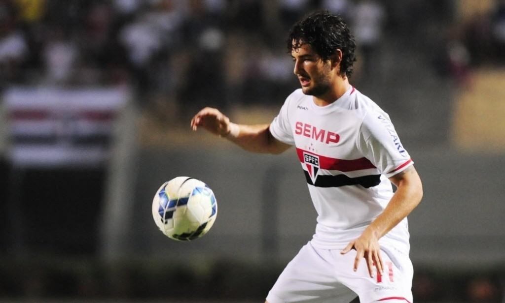 03.mai.2014 - Alexandre Pato, autor do gol do São Paulo, domina a bola