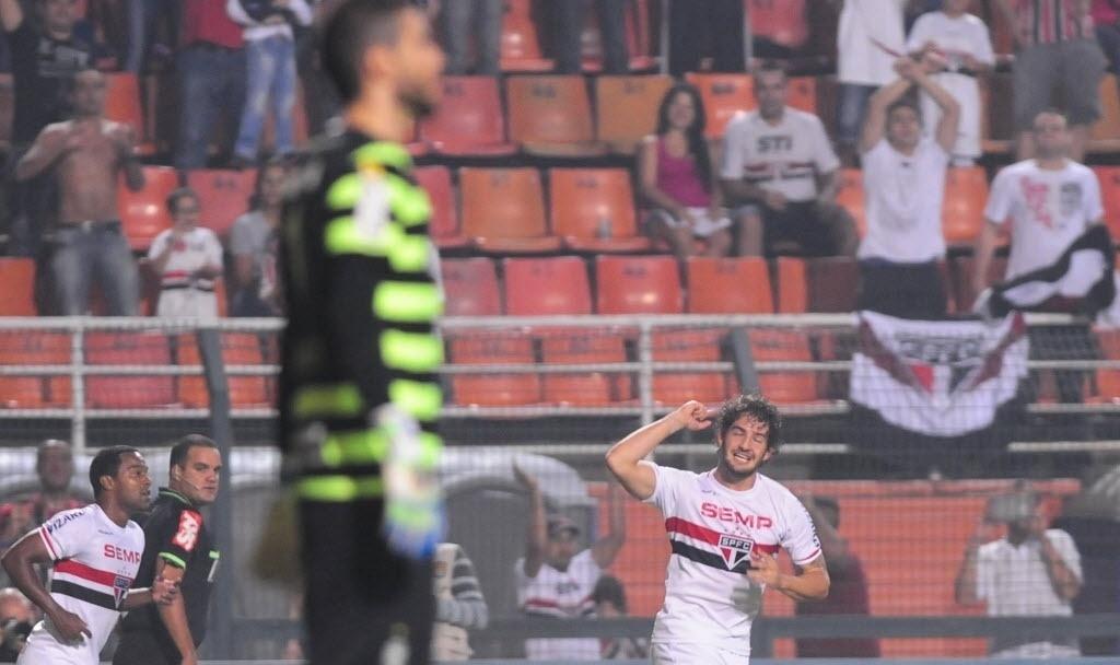 03.mai.2014 - Alexandre Pato comemora primeiro gol do São Paulo; Vanderlei fica desolado