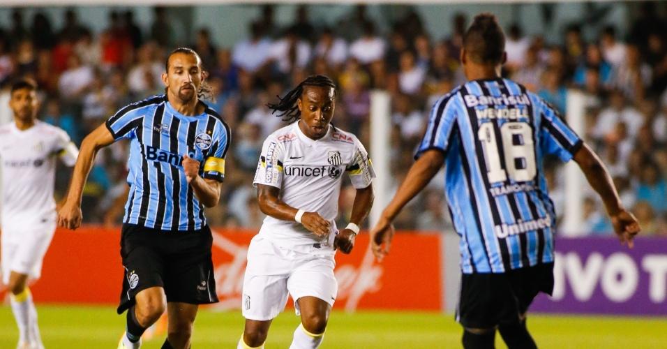 03.mai.2014 - Arouca arranca com a bola dominada na Vila Belmiro