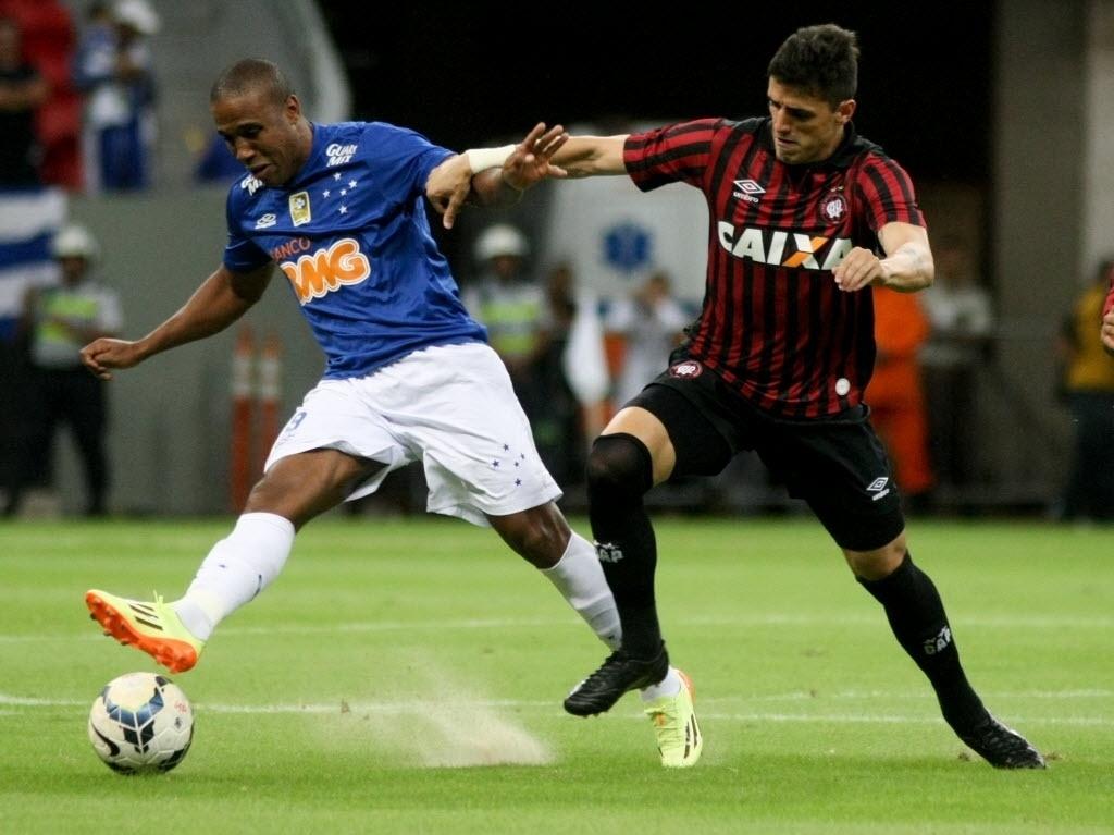03.mai.2014 - Borges faz um passe sob marcação do Atlético-PR
