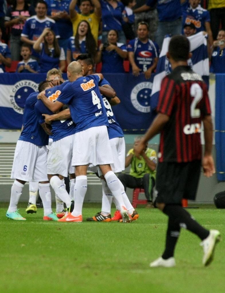 03.mai.2014 - Cruzeiro comemora gol de empate no Mané Garrincha