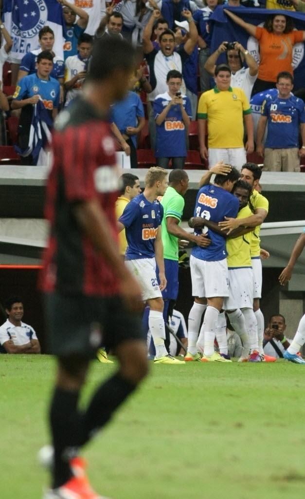 03.mai.2014 - Cruzeiro comemora o terceiro gol, que deu a vitória sobre o Atlético-PR