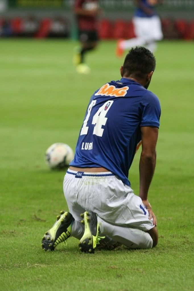 03.mai.2014 - Luan, do Cruzeiro, se ajoelha em campo na derrota parcial do Cruzeiro