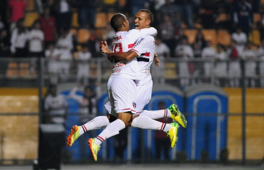 03.mai.2014 - Luís Fabiano e Ademilson comemoram segundo gol do São Paulo