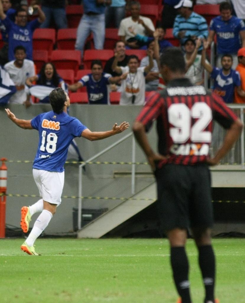 03.mai.2014 - Marcelo Moreno fez o gol de virada para o Cruzeiro sobre o Atlético-PR