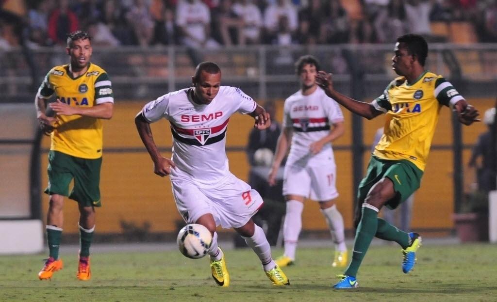 03.mai.2014 - Moacir (à dir.), do Coritiba, acompanha atacante Luís Fabiano