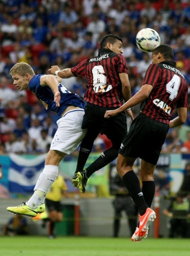 03.mai.2014 - Natanael e Cleberson disputam bola com Marlone (à esq.)