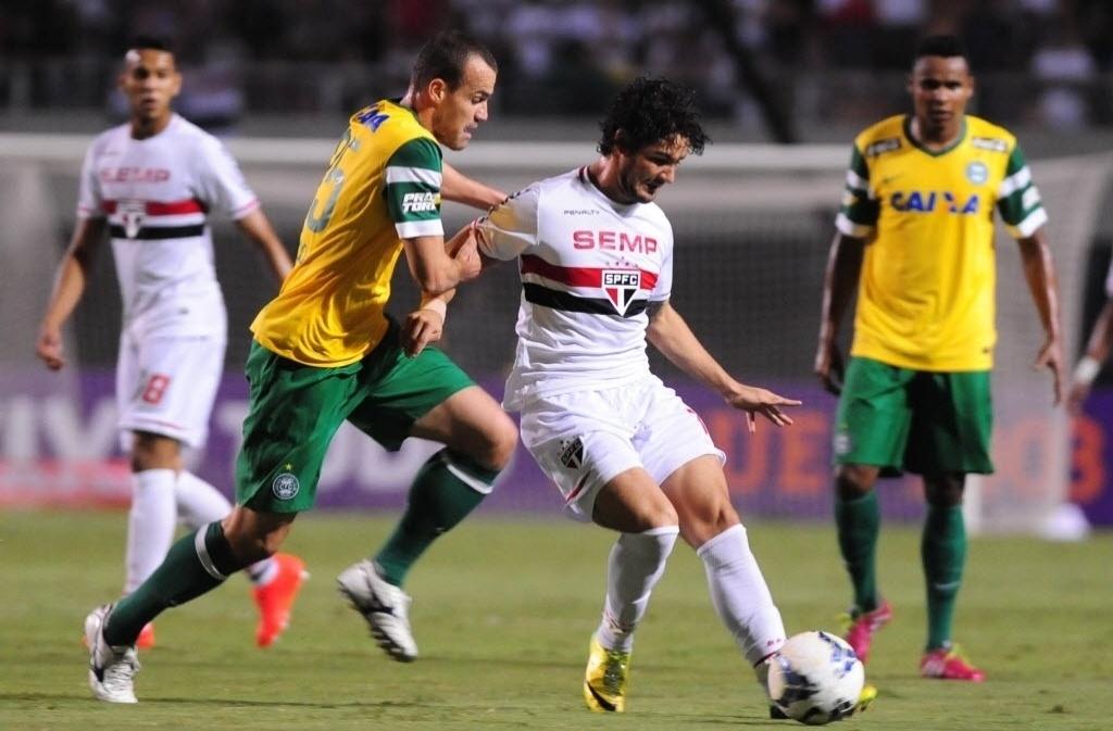 03.mai.2014 - Pato sai jogando, sob marcação de Chico, do Coritiba