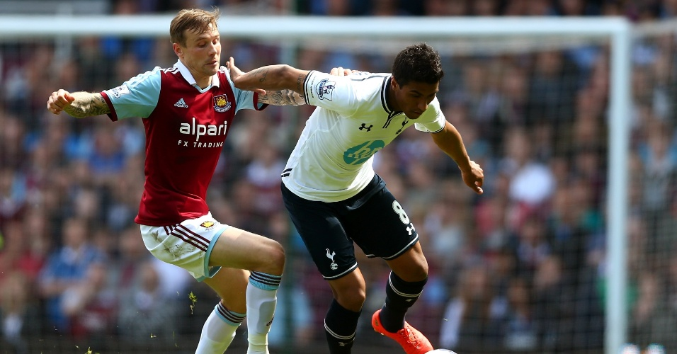 03.mai.2014 - Paulinho tenta escapar da marcação de Matthew Taylor na partida entre West Ham e Tottenham pelo Campeonato Inglês