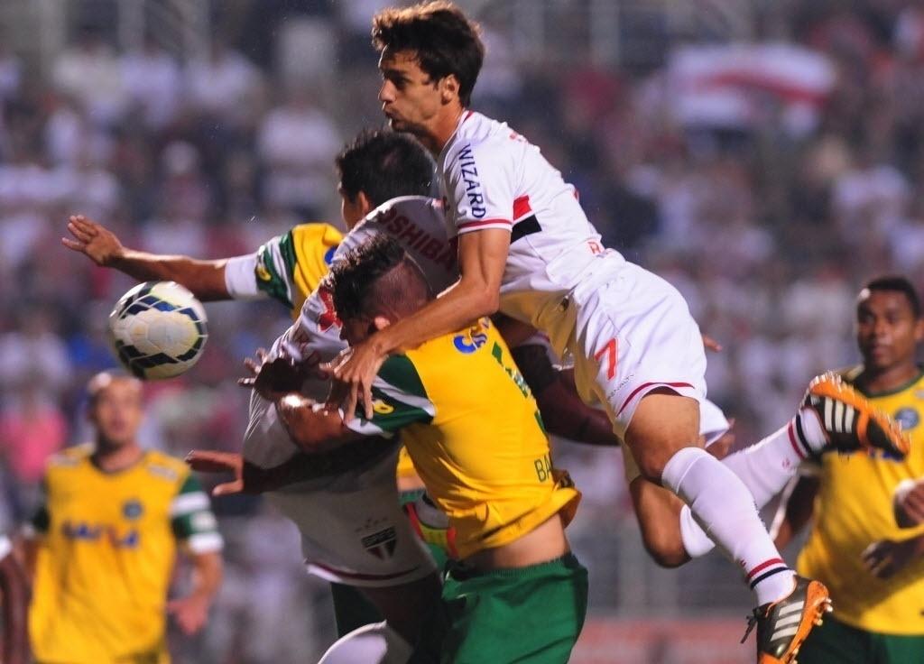 03.mai.2014 - Rodrigo Caio pula sobre Baraka, em disputa de bola no jogo entre São Paulo e Coritiba