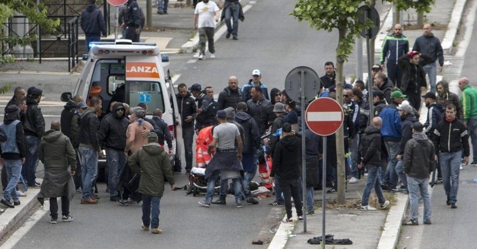 03.mai.2014 - Torcedor é atendido por ambulância após briga do lado de fora do estádio Olímpico de Roma antes da final da Copa da Itália entre Napoli e Fiorentina