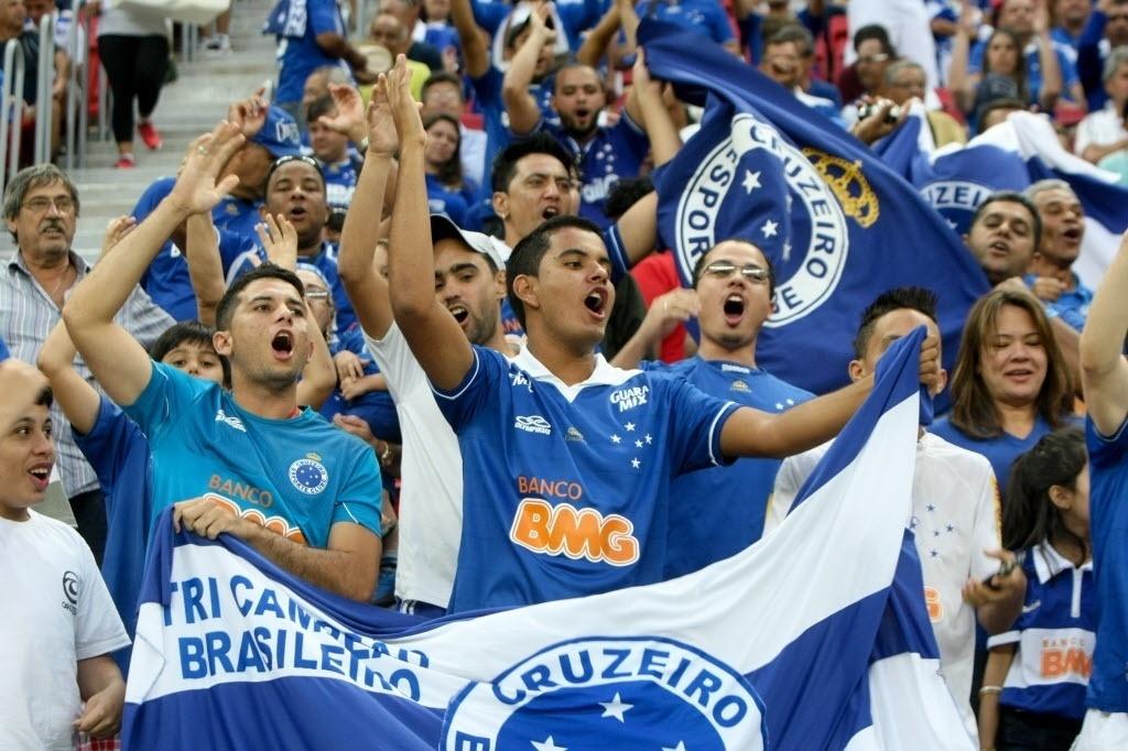 03.mai.2014 - Torcida do Cruzeiro compareceu ao Estádio Mané Garrincha pela terceira rodada do Brasileirão