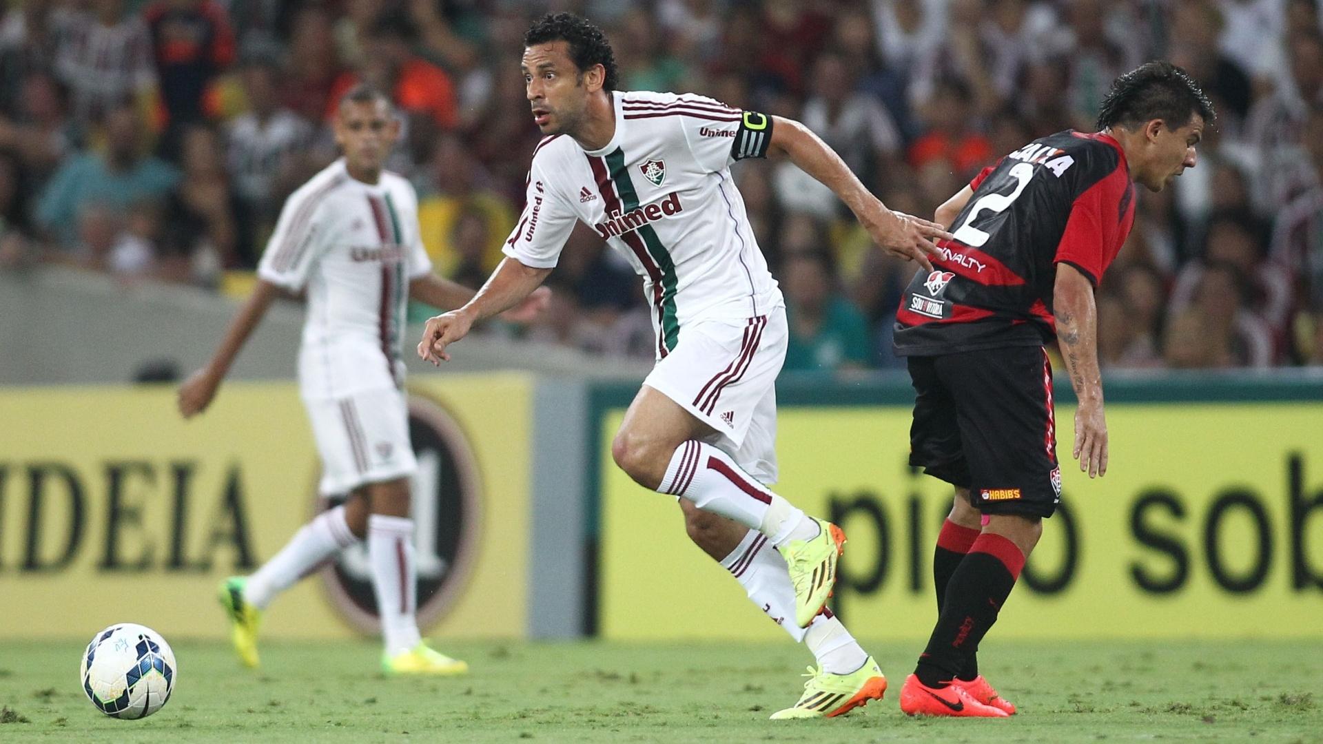 3.mai.2014 - Fred se livra da marcação na partida contra o Vitória, pelo Brasileirão